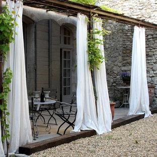 Modelo de patio romántico, de tamaño medio, con pérgola