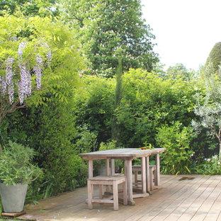 Cottage chic deck container garden photo in Paris