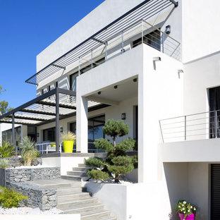 Réalisation d'une terrasse avec des plantes en pots avant design avec une pergola.