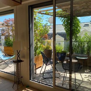 Idee per una terrazza shabby-chic style di medie dimensioni e nel cortile laterale con un giardino in vaso e una pergola