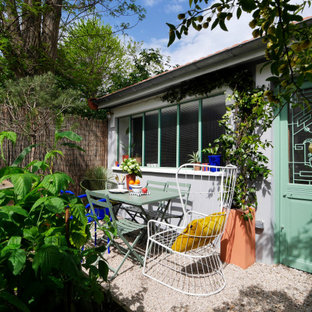 Ispirazione per un patio o portico moderno di medie dimensioni e davanti casa con ghiaia
