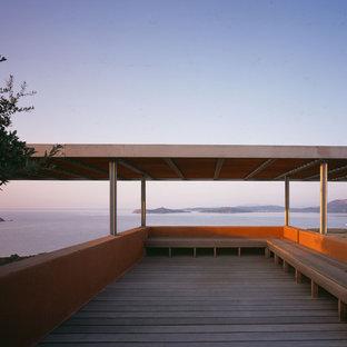 Exemple d'une grande terrasse méditerranéenne avec une pergola.