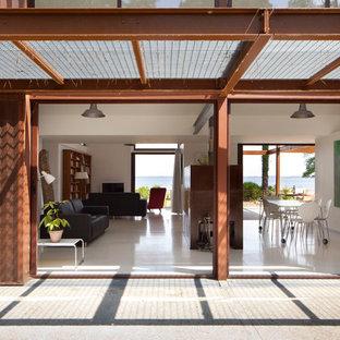 Exemple d'une terrasse arrière tendance de taille moyenne avec des pavés en béton et une pergola.