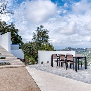 Aménagement d'une grande terrasse contemporaine avec du carrelage et aucune couverture.