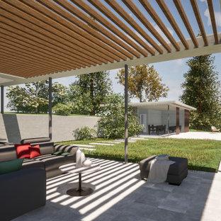 Foto de piscina infinita, contemporánea, grande, rectangular, en patio trasero, con losas de hormigón