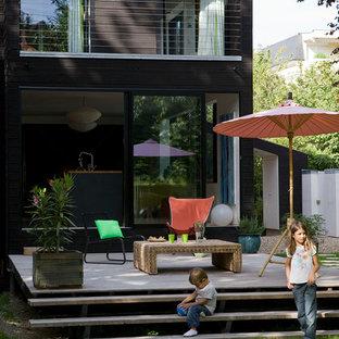 Cette image montre une terrasse design de taille moyenne.