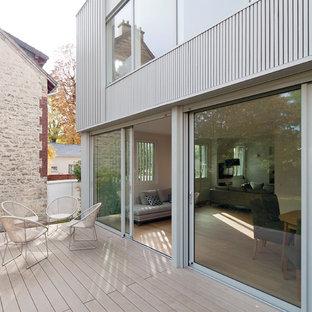 Inspiration pour une terrasse et balcon arrière design de taille moyenne avec aucune couverture.