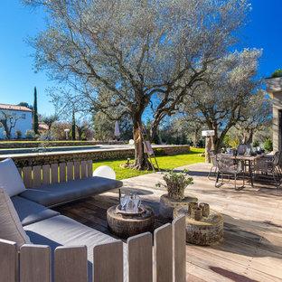 Cette image montre une grande terrasse arrière design avec aucune couverture.