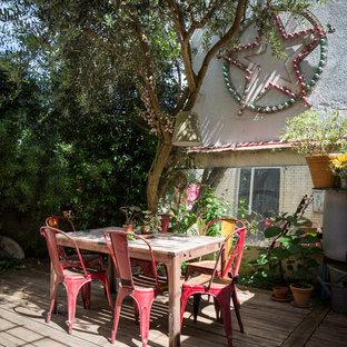 Idée de décoration pour une terrasse avec des plantes en pots arrière bohème de taille moyenne avec aucune couverture.