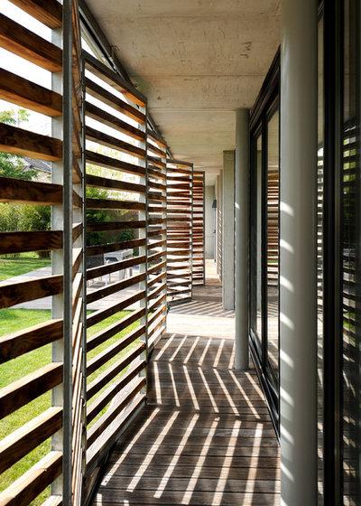 Moderne Terrasse en Bois by hervé regnault architecte