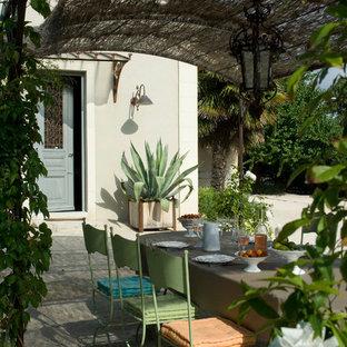 Idées déco pour une terrasse arrière méditerranéenne avec une pergola.