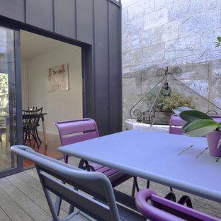 Ejemplo de patio contemporáneo, de tamaño medio, sin cubierta, en patio trasero, con jardín de macetas y entablado