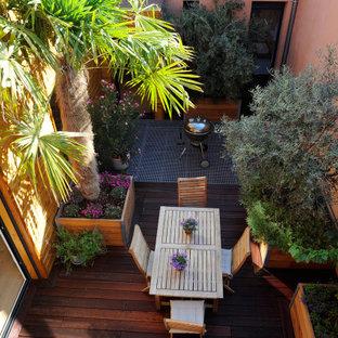 Ispirazione per un patio o portico mediterraneo con un giardino in vaso e pedane