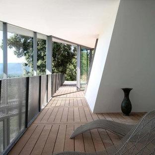 Exemple d'une grande terrasse tendance.