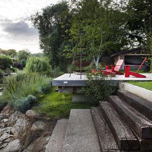 Idées déco pour une terrasse et balcon campagne de taille moyenne avec un foyer extérieur.