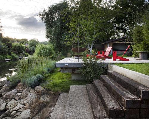 jardin avec une terrasse en bois ou composite avec une pente une colline ou un talus photos. Black Bedroom Furniture Sets. Home Design Ideas