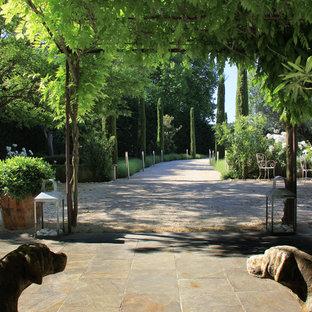 Foto di un patio o portico mediterraneo di medie dimensioni e davanti casa con pavimentazioni in pietra naturale e nessuna copertura