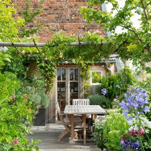 Idée de décoration pour une terrasse arrière tradition de taille moyenne avec aucune couverture.