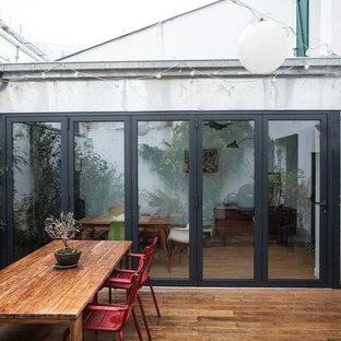 Idées déco pour une terrasse avec des plantes en pots contemporaine avec une cour et aucune couverture.