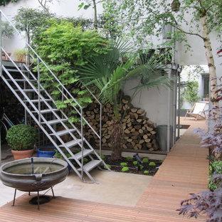 Idée de décoration pour une grande terrasse et balcon urbaine avec un point d'eau.