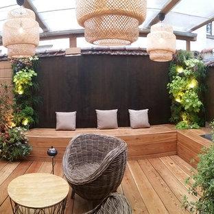 Immagine di un patio o portico nordico di medie dimensioni e in cortile con un caminetto, pedane e una pergola