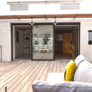 На фото: с высоким бюджетом перголы во дворе частного дома среднего размера на заднем дворе в средиземноморском стиле с летней кухней и настилом