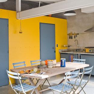 Cette image montre une terrasse avec une cuisine extérieure design de taille moyenne avec une extension de toiture.