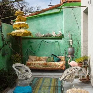 Exemple d'une petite terrasse arrière éclectique avec aucune couverture.