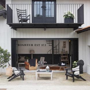 Immagine di un patio o portico mediterraneo di medie dimensioni e dietro casa con pedane e nessuna copertura