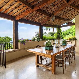 Inspiration pour une grande terrasse et balcon arrière méditerranéenne avec une extension de toiture.