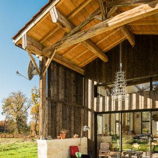 Cette image montre une terrasse rustique avec une dalle de béton et aucune couverture.