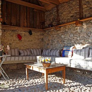Idées déco pour une terrasse latérale campagne de taille moyenne avec des pavés en pierre naturelle et une extension de toiture.