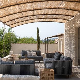 Idées déco pour une terrasse et balcon méditerranéenne avec un gazebo ou pavillon.