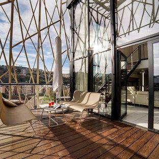 Réalisation d'une terrasse design de taille moyenne avec une terrasse en bois et aucune couverture.