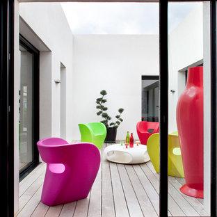 Cette photo montre une terrasse avec des plantes en pots latérale tendance de taille moyenne avec aucune couverture.