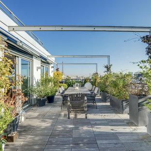 Diseño de terraza clásica renovada, de tamaño medio, en azotea, con jardín de macetas y toldo