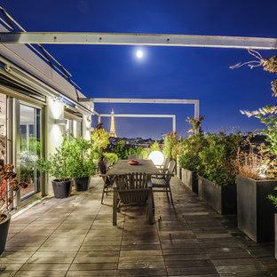 Inspiration pour une terrasse avec des plantes en pots latérale traditionnelle de taille moyenne avec aucune couverture.