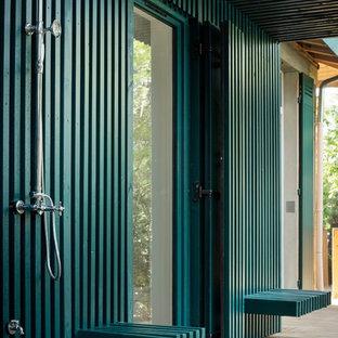 Idée de décoration pour une terrasse avec une douche extérieure design avec une extension de toiture.