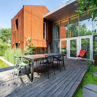 Cette image montre une terrasse arrière design de taille moyenne avec un foyer extérieur et aucune couverture.