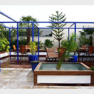 Inspiration pour une terrasse sur le toit design de taille moyenne avec une pergola.