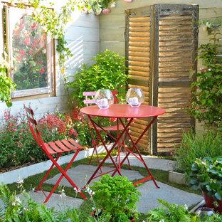Inspiration pour une petite terrasse avec des plantes en pots traditionnelle.