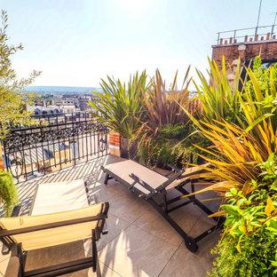 Esempio di un piccolo patio o portico industriale con un giardino in vaso, pavimentazioni in mattoni e nessuna copertura