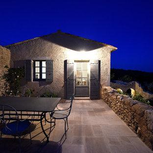 Cette image montre une terrasse méditerranéenne avec des pavés en pierre naturelle.