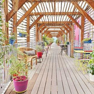 Exemple d'une terrasse tendance avec une pergola.