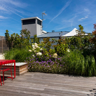 Deck - mid-sized contemporary rooftop privacy deck idea in Paris