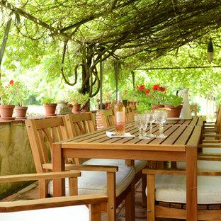 Idées déco pour une terrasse méditerranéenne de taille moyenne avec des pavés en brique et une pergola.