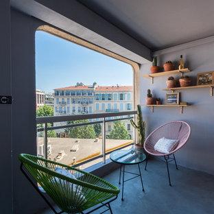 Idee per un patio o portico design di medie dimensioni e nel cortile laterale con un giardino in vaso e un tetto a sbalzo