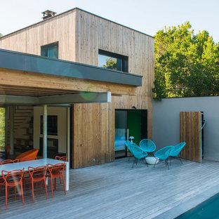 Diseño de terraza contemporánea, de tamaño medio, en patio trasero y anexo de casas