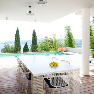 Aménagement d'une terrasse contemporaine avec un point d'eau et une extension de toiture.