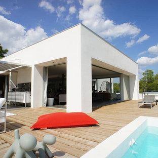 Cette image montre une terrasse sur le toit design avec une pergola.